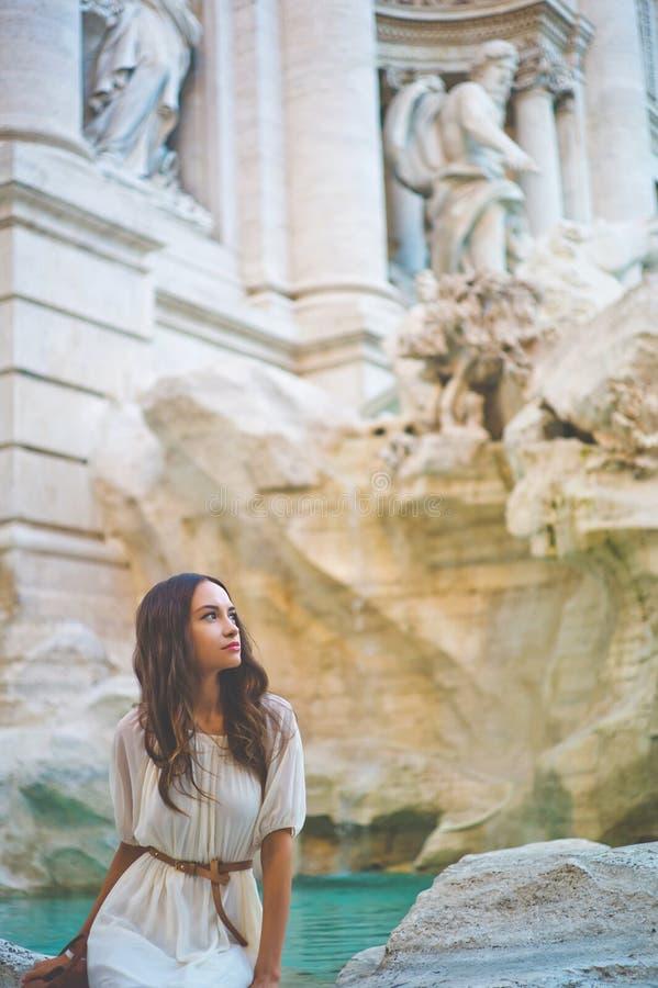 Kobieta w biel sukni przed Trevi fontanną w Rzym obrazy royalty free