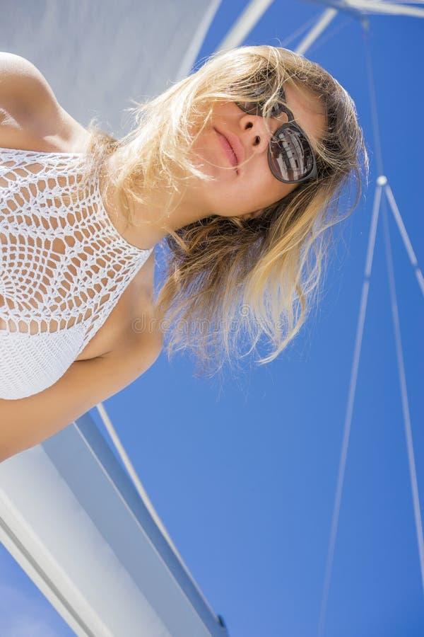 Kobieta w bikini na żaglówce obraz royalty free