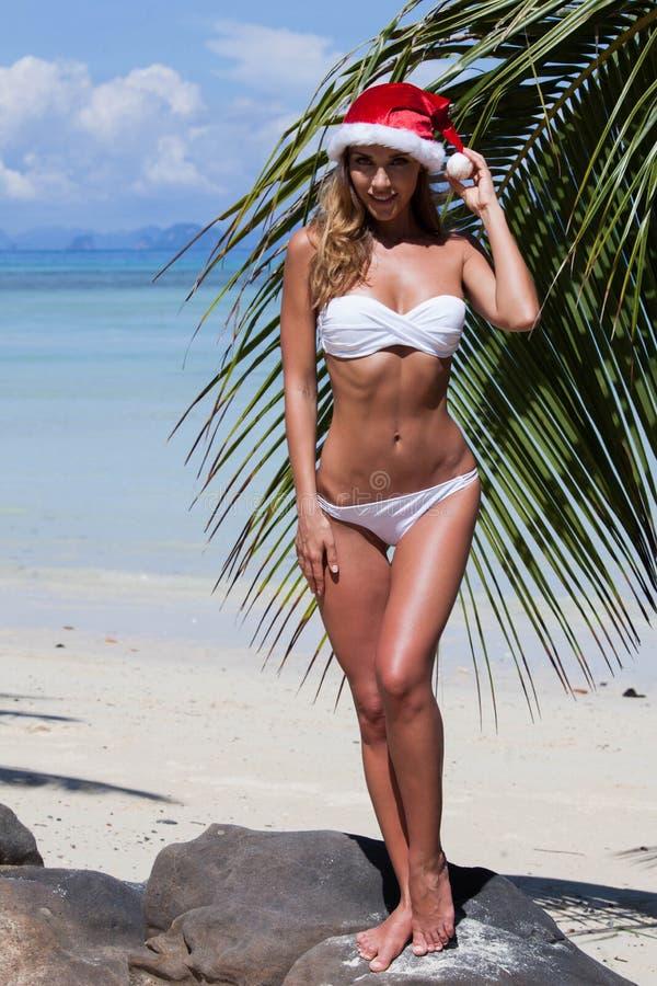 Kobieta w bikini odświętności bożych narodzeniach fotografia stock