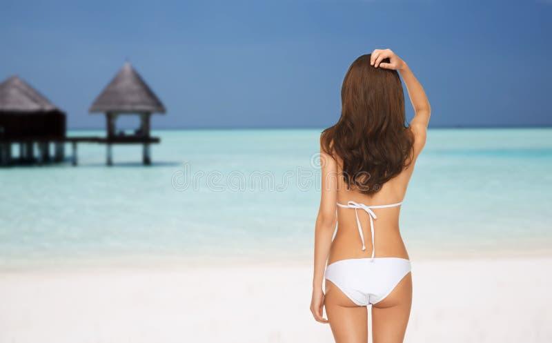Kobieta w bikini swimsuit od plecy na plaży obraz royalty free