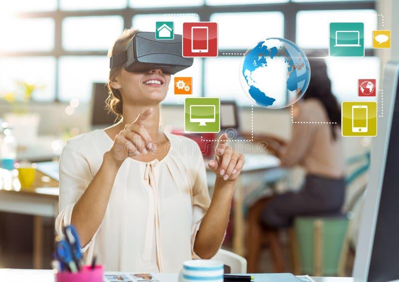 Kobieta w biurowej jest ubranym VR rzeczywistości wirtualnej słuchawki z interfejsem obraz stock