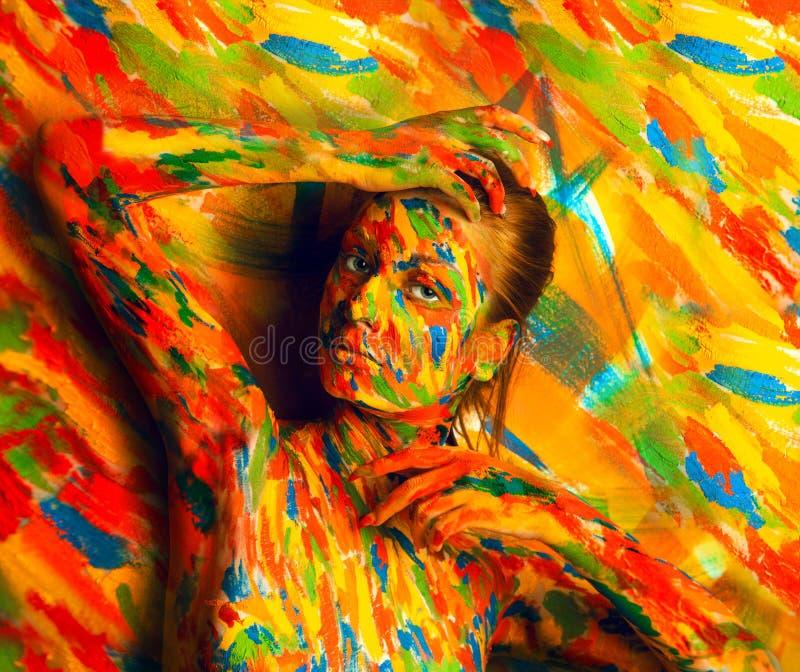 Kobieta w bodyart farbie blisko stubarwnej ściany obraz royalty free