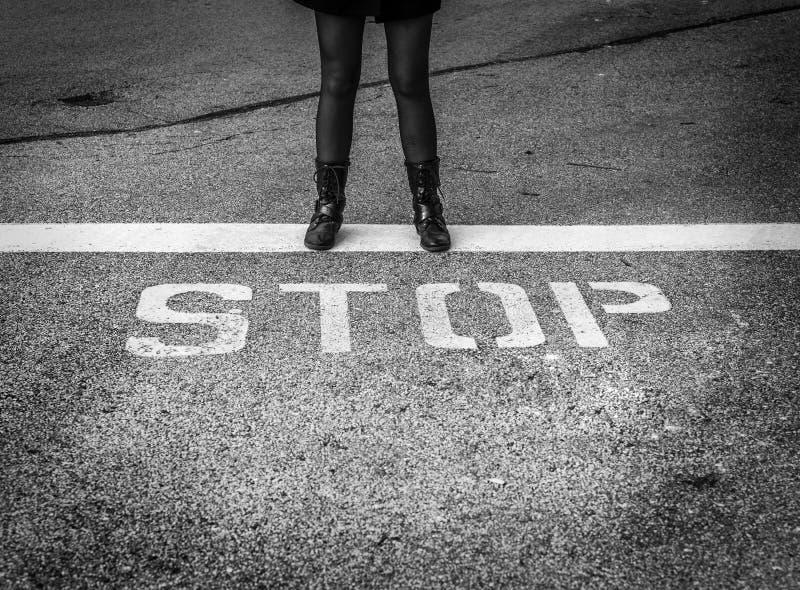 Kobieta w bojowych butów stać silny z słowem zdjęcie royalty free