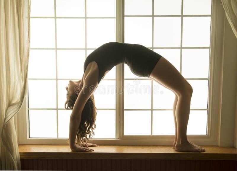 Kobieta w bridżowej pozie, joga pozycja zdjęcia royalty free