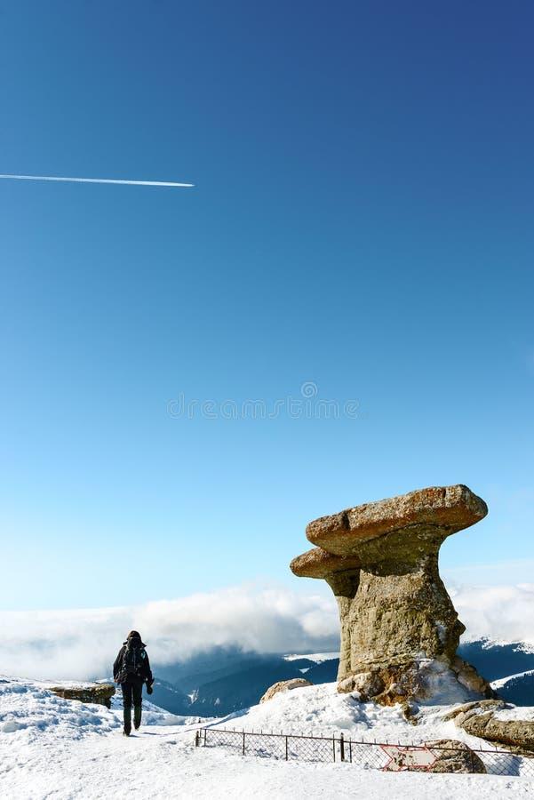 Kobieta w Bucegi górach, Rumunia zdjęcie stock