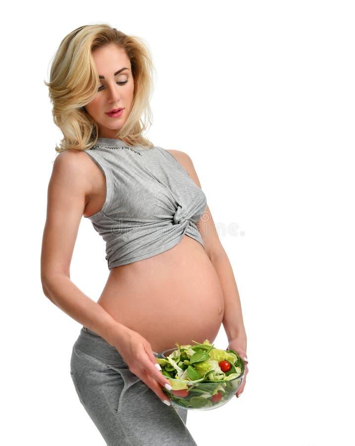 Kobieta w ciąży chwyta organicznie sałatka Ciążowego macierzyństwa oczekiwania zdrowy łasowanie fotografia royalty free