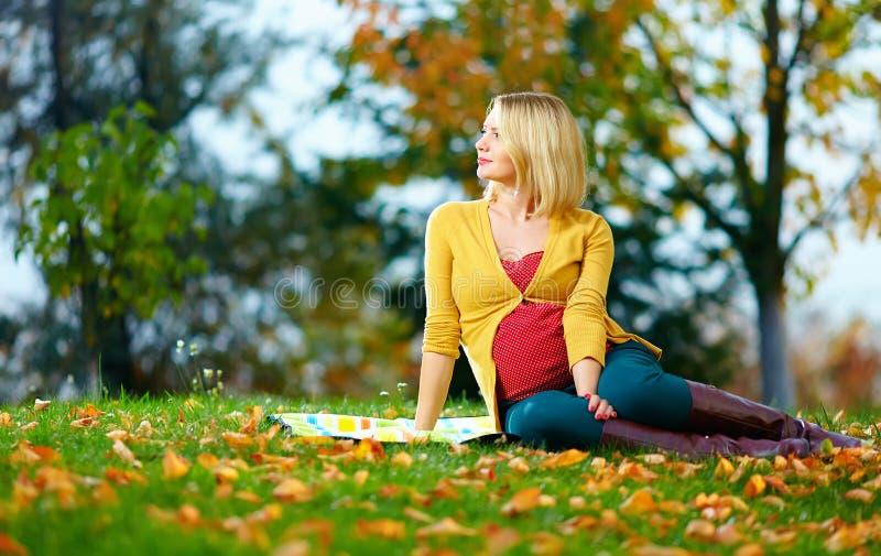Kobieta w ciąży cieszy się jesień parka zdjęcie royalty free