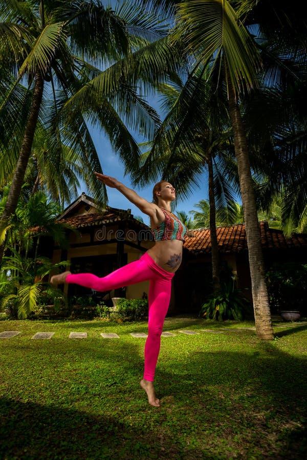 kobieta w ciąży, jogi zdjęcie stock