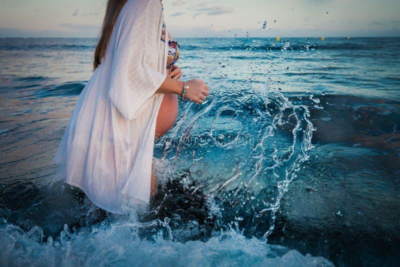 Kobieta w ciąży kąpanie w morzu fotografia stock