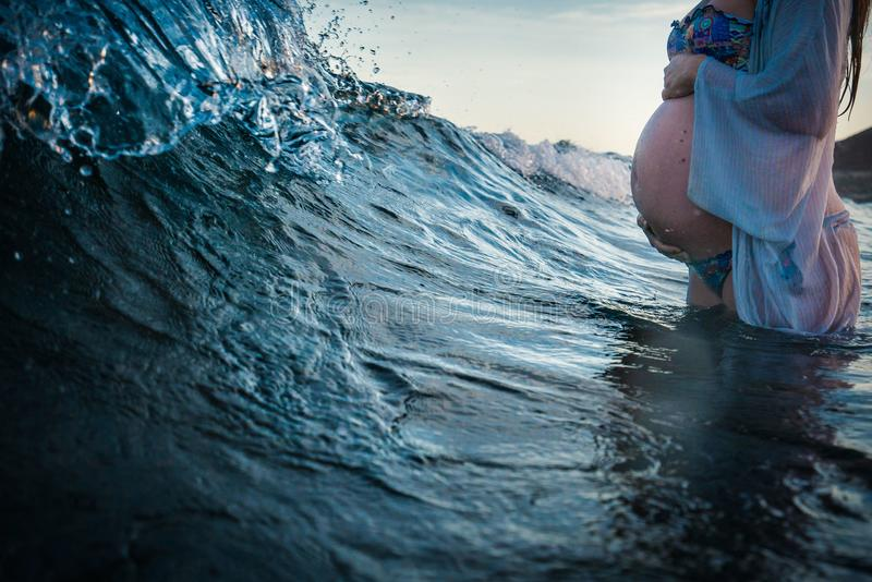 Kobieta w ciąży kąpanie w morzu zdjęcie royalty free