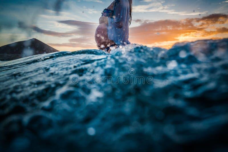 Kobieta w ciąży kąpanie w morzu zdjęcia stock