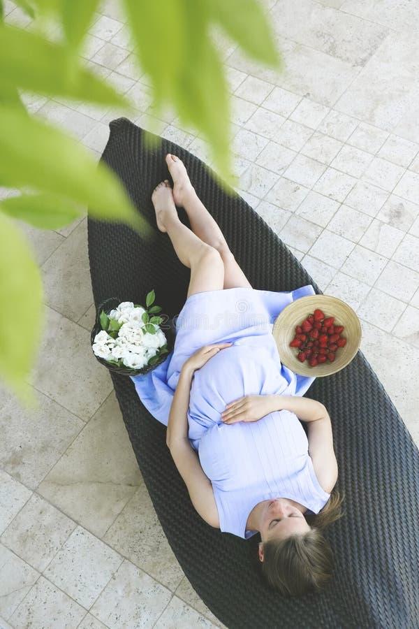 Kobieta w ciąży kłaść na kanapie fotografia stock