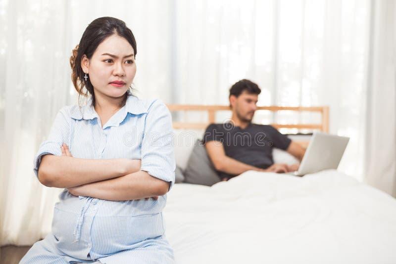 Kobieta w ciąży martwił się o mąż niedbałości brać opiekę jej dziecko i zdrowie Żona z zignorowany workaholic męża używać obrazy stock