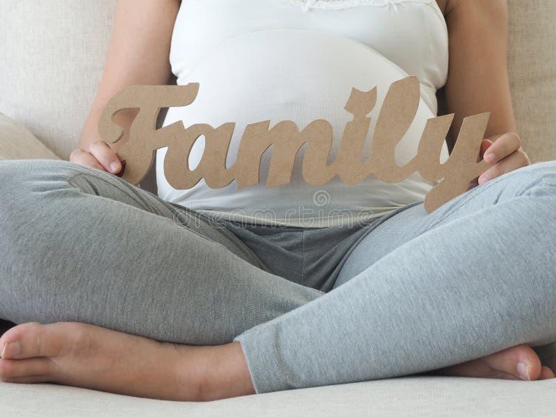 Kobieta w ciąży mienia rodziny wiadomość obrazy stock