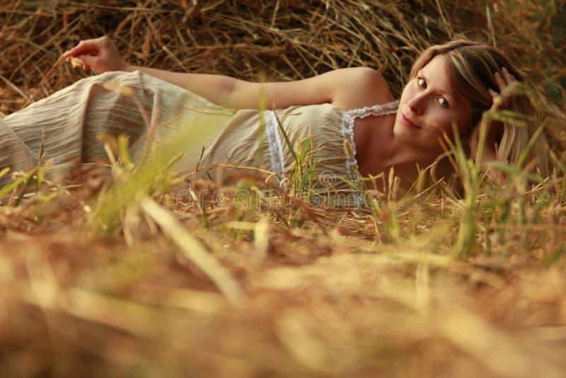 Kobieta w ciąży na naturze blisko haystacks zdjęcia stock