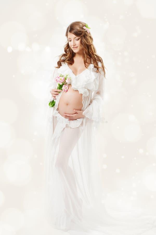 Kobieta w ciąży. Piękna brzemienność: długi kędzierzawy włosy i szyfon zdjęcie royalty free