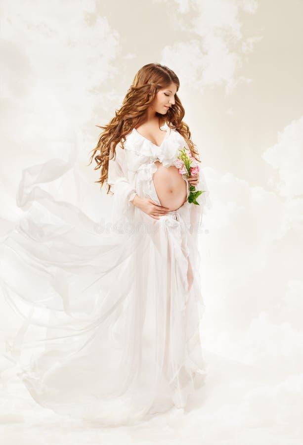 Kobieta w ciąży. Piękna brzemienność: długi kędzierzawy włosy i szyfon obrazy royalty free
