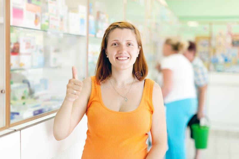 Kobieta w ciąży przy apteką obraz royalty free