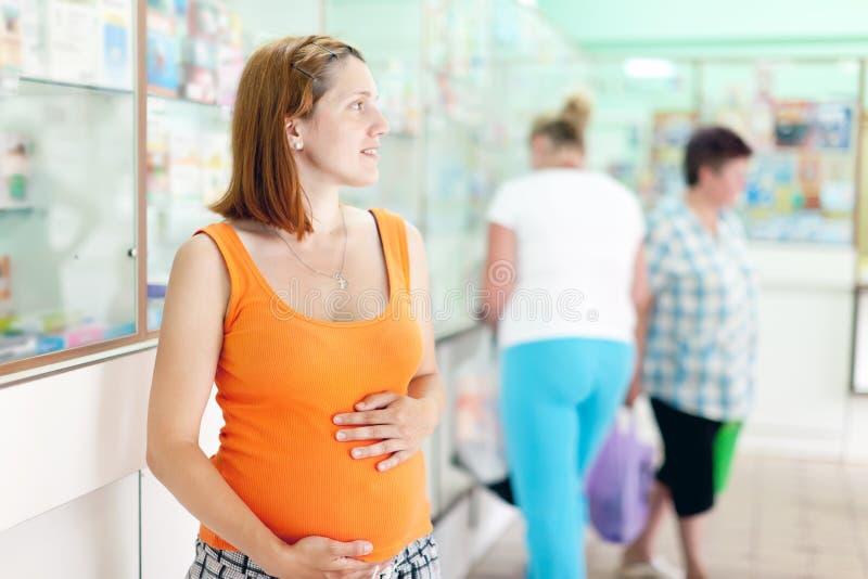 Kobieta w ciąży przy apteką zdjęcie royalty free