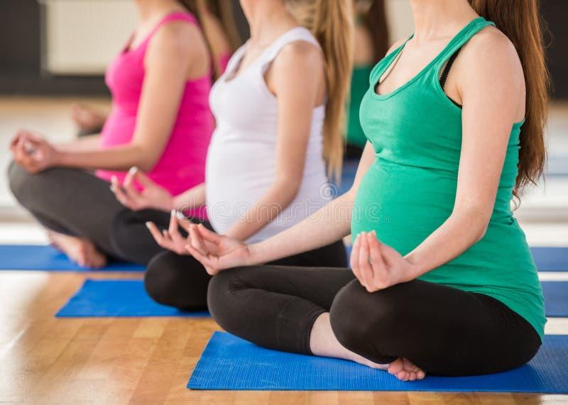 Kobieta w ciąży przy gym obrazy stock