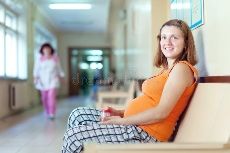 Kobieta w ciąży przy kliniką obraz royalty free