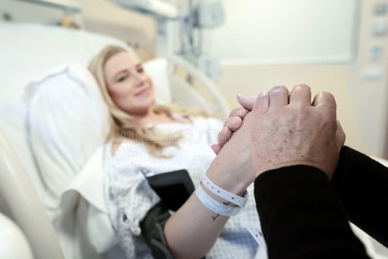 Kobieta w ciąży przygotowująca się do porodu zdjęcia royalty free