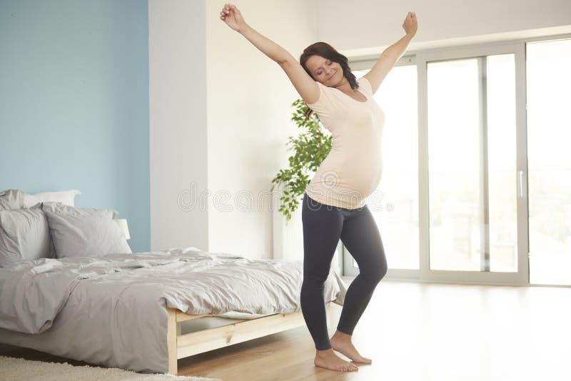Kobieta w ciąży relaksuje w domu obraz royalty free
