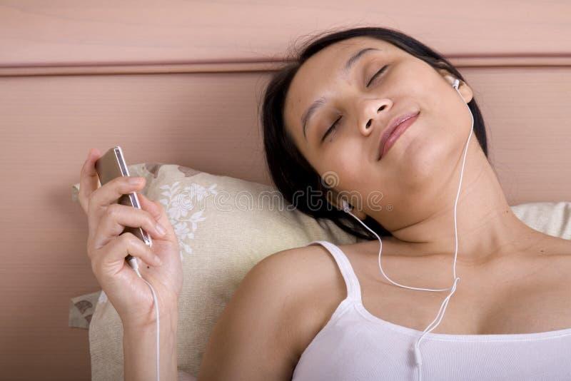 Kobieta W Ciąży Słucha Muzyka Bezpłatne Zdjęcia Stock