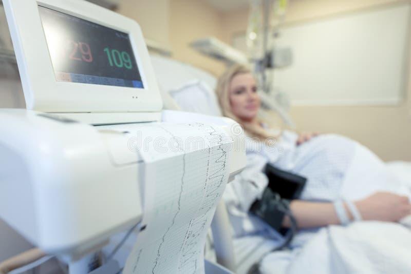 Kobieta w ciąży w szpitalu zdjęcie royalty free