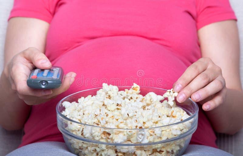 kobieta w ciąży telewizyjna patrzy fotografia stock