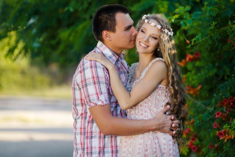 Kobieta w ciąży w parku z ładnym mężem obraz stock