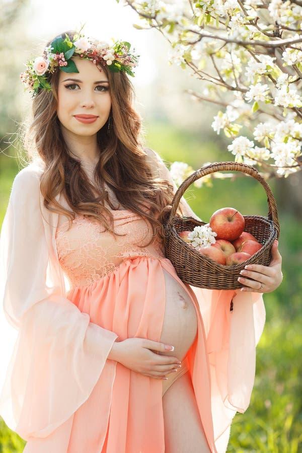 Download Kobieta W Ciąży W Wiosna Ogródzie Z Koszem Obraz Stock - Obraz złożonej z kosz, ubierający: 53781543