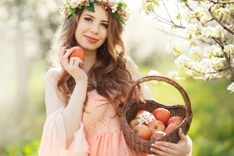 Download Kobieta W Ciąży W Wiosna Ogródzie Z Koszem Obraz Stock - Obraz złożonej z kosz, trawy: 53781585
