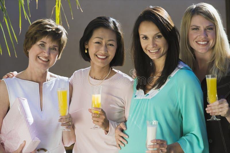 Kobieta W Ciąży Z przyjaciółmi Trzyma napoje zdjęcie royalty free