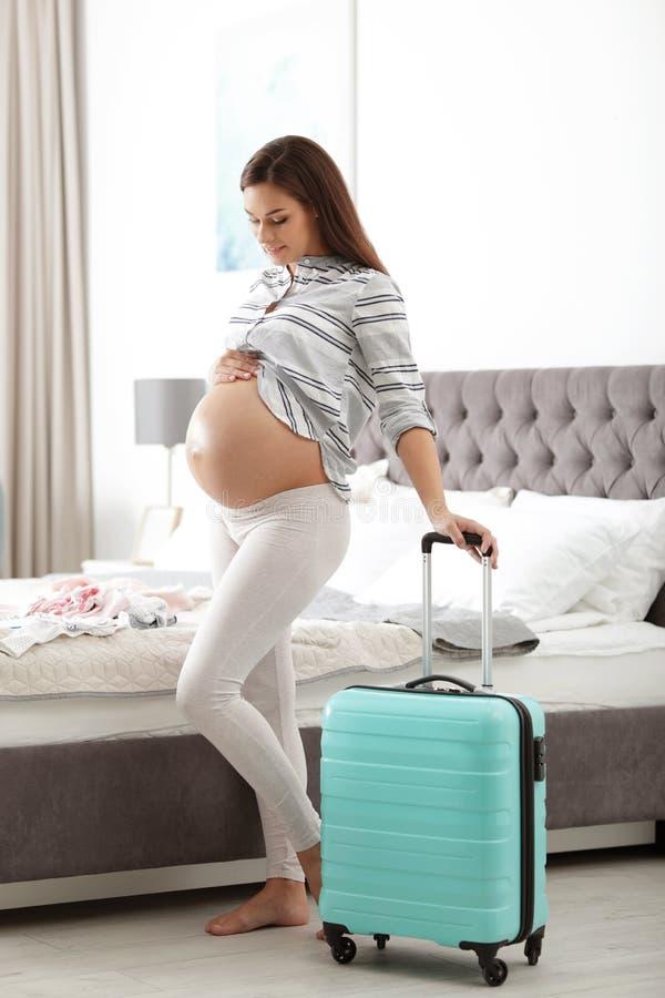 Kobieta w ci??y z walizk? pakuj?c? dla macierzy?skiego szpitala obrazy stock