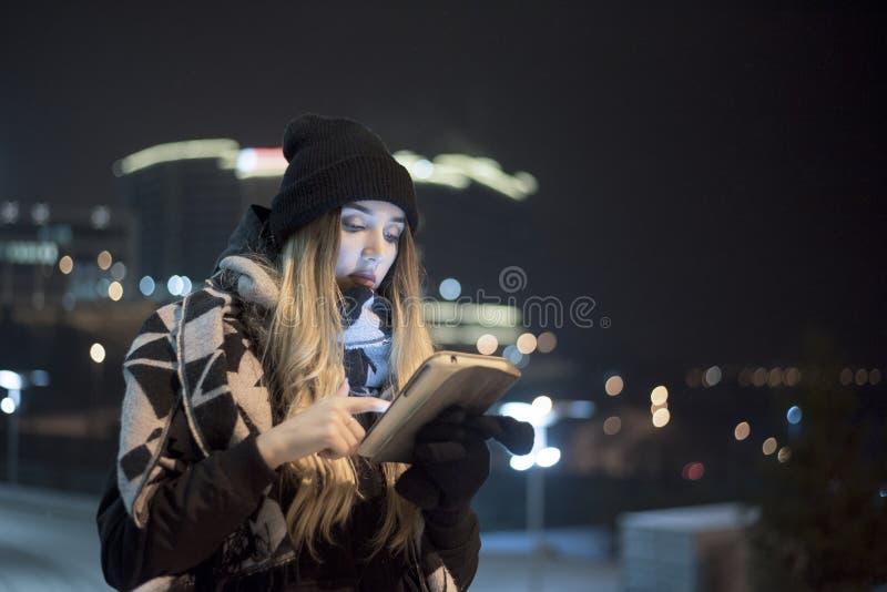 Kobieta w ciepłym odziewa z pastylką fotografia stock