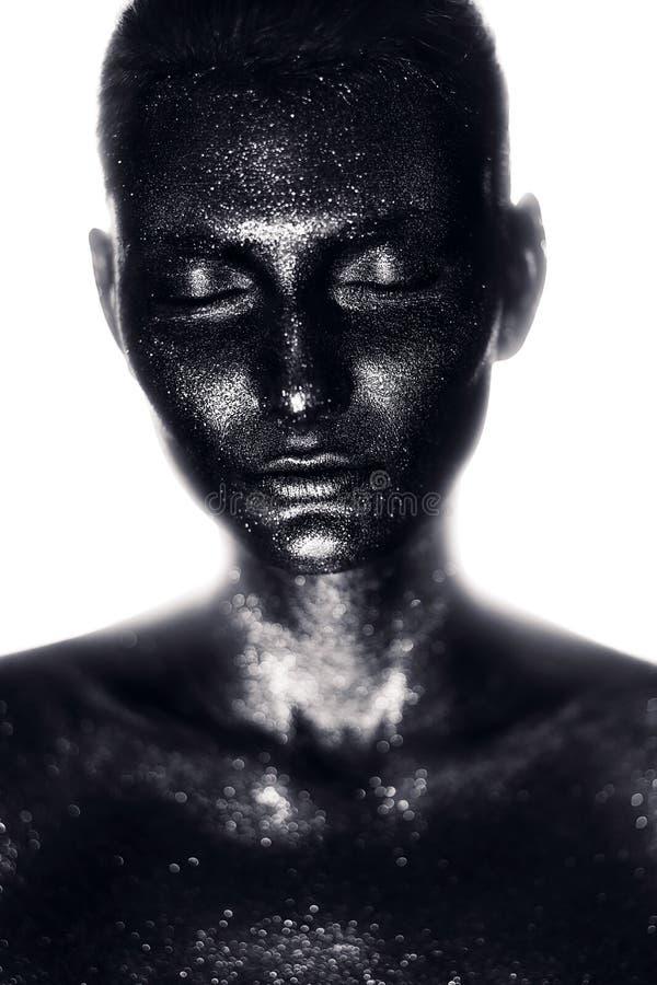 Kobieta w czarnej farbie w świetle białym zdjęcia royalty free