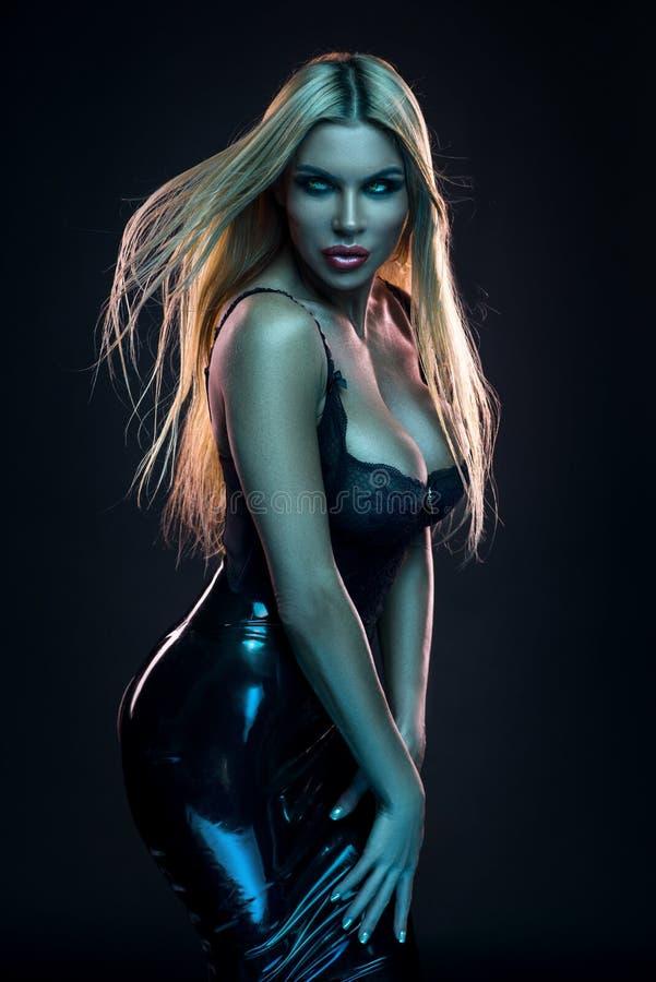 Kobieta w czarnej lateks spódnicie zdjęcia stock