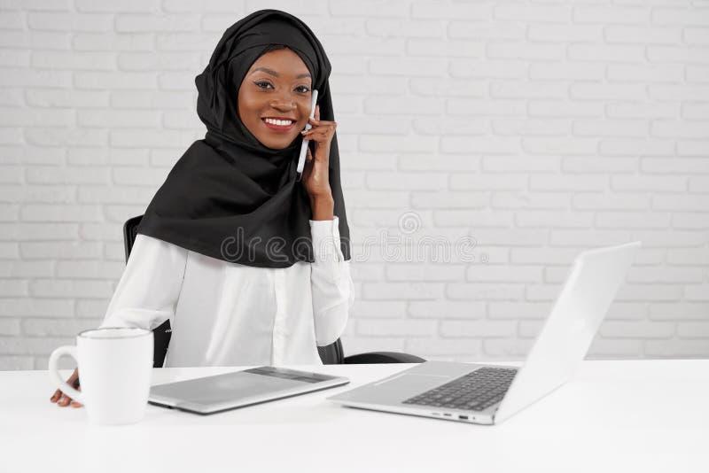 Kobieta w czarnym hijab pracuje w centrum telefonicznym obrazy stock