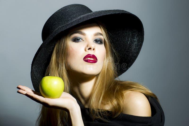 Kobieta w czarnym kapeluszu obrazy stock