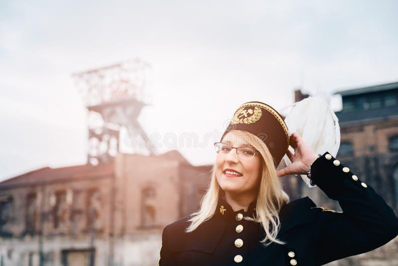 Kobieta w czarnym węglowego górnika brygadiera galówki mundurze z białym piórkiem na kapeluszu zdjęcie royalty free