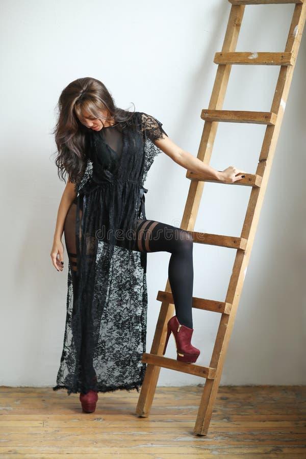 Kobieta w czerni sukni obraz stock