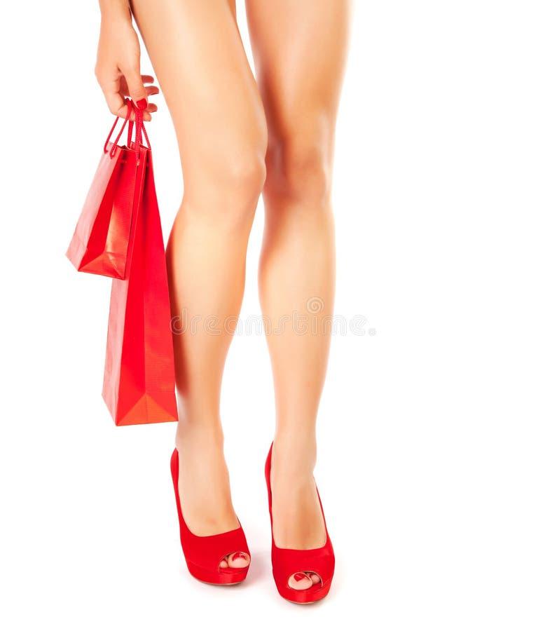 Kobieta w czerwień butach z prezentem fotografia stock