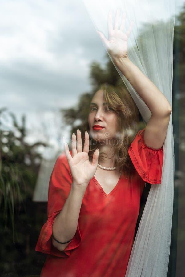 Kobieta w czerwieni sukni obraz stock