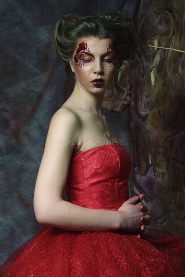 Kobieta w czerwieni sukni Fantastyczna fryzura i uzupełniał zdjęcie stock