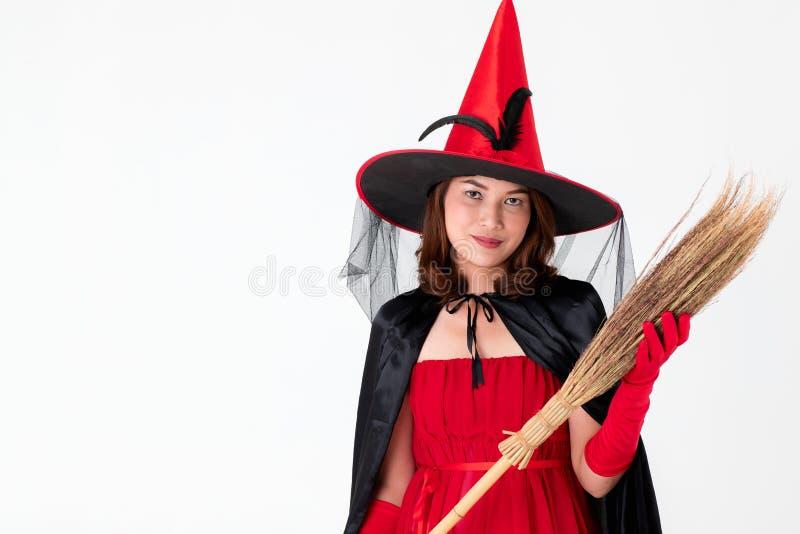 Kobieta w czerwieni sukni kostiumu dla famale czarownicy mienia broomstick o fotografia royalty free