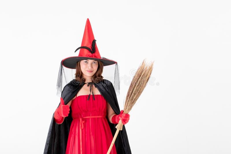 Kobieta w czerwieni sukni kostiumu dla famale czarownicy mienia broomstick o zdjęcie stock