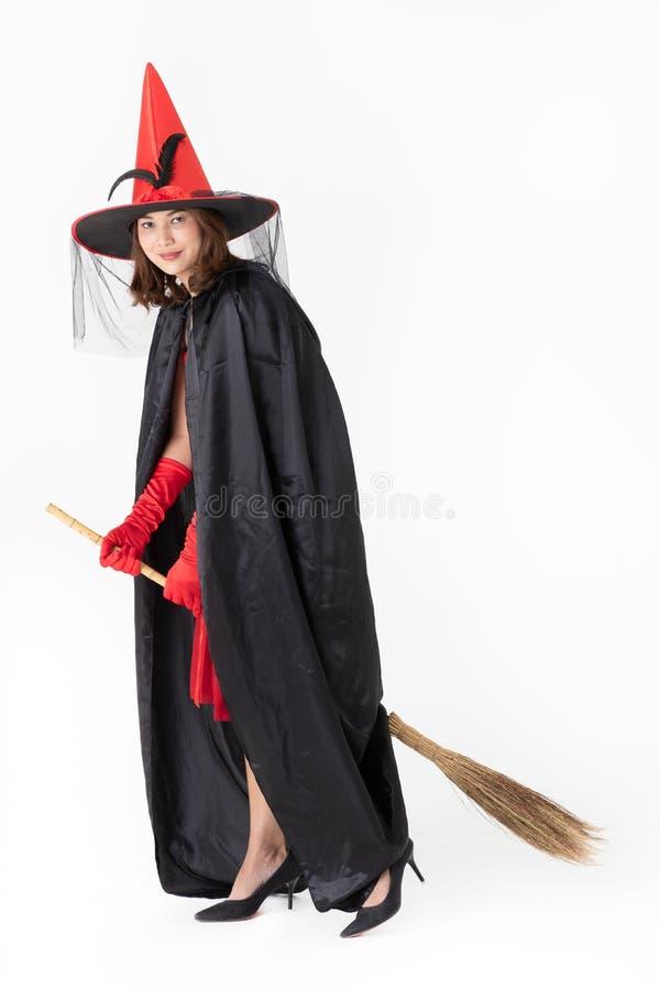 Kobieta w czerwieni sukni kostiumu dla famale czarownicy mienia broomstick o zdjęcia stock