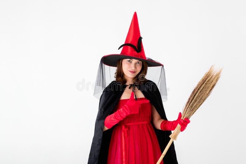 Kobieta w czerwieni sukni kostiumu dla famale czarownicy mienia broomstick o obraz royalty free