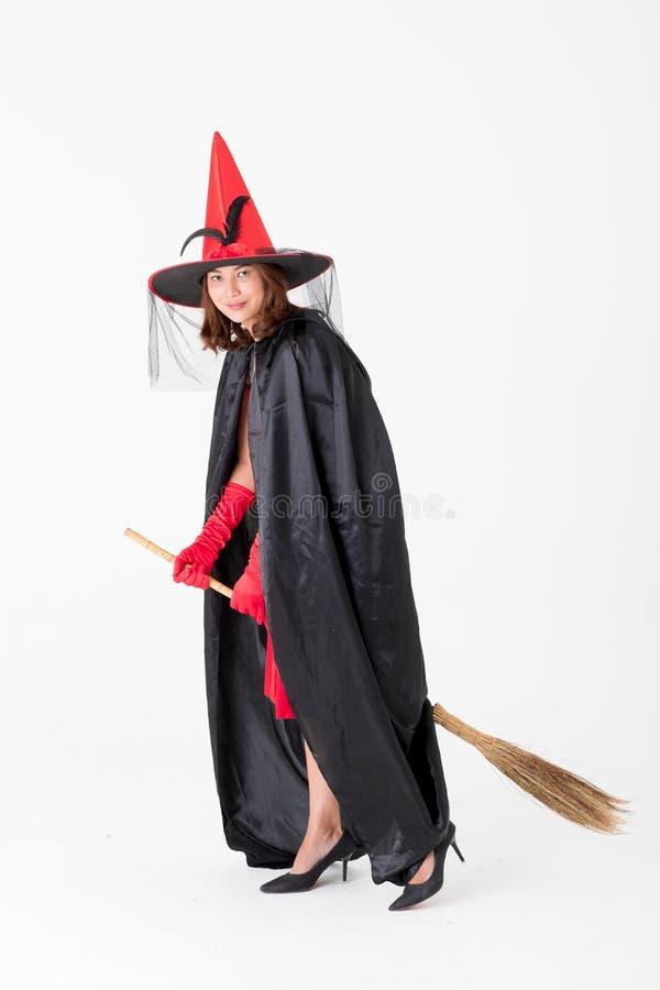 Kobieta w czerwieni sukni kostiumu dla famale czarownicy mienia broomstick o zdjęcie royalty free